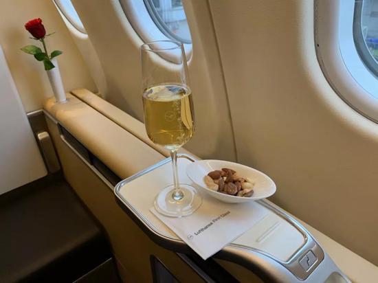 如果你幸运的话,机长还会在做完所有必要的准备后,亲自前往头等舱迎接乘客。