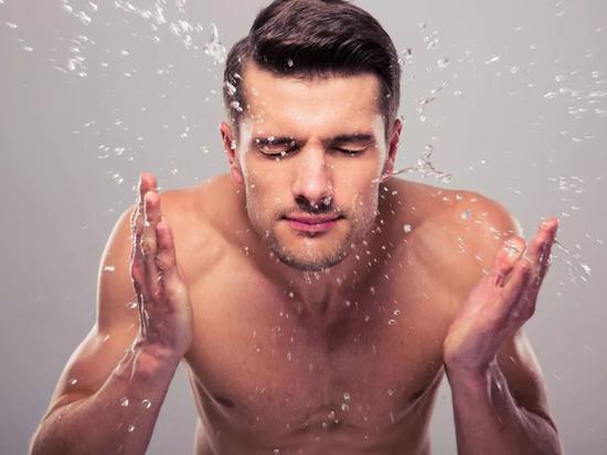 帅气男人夏季护肤大作战 这3招解决你一切皮肤问题