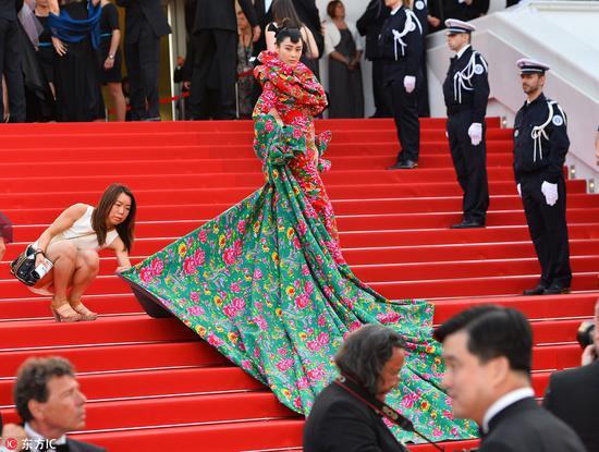 张馨予第68届戛纳红毯造型