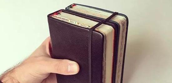 从2005年开始,他就囤了很多小笔记本,并且带着它们上了路,