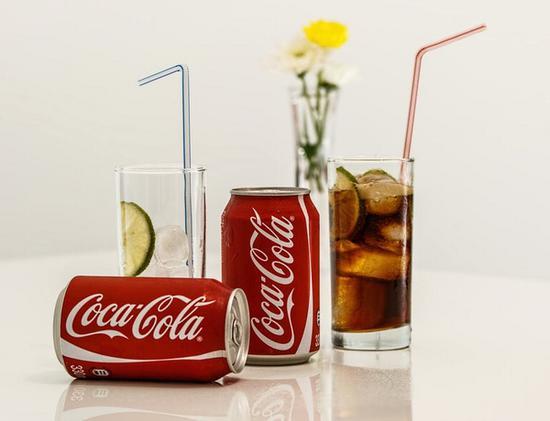 用可乐擦窗 图片源自pexels