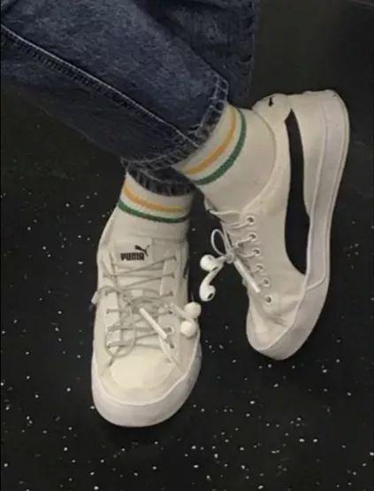 耳机线总是缠在一起,鞋带总是开,那干脆把耳机系在鞋上好了。。。
