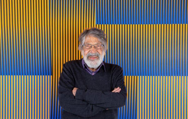 卡洛斯·克鲁兹-迭斯,身后是其作品。