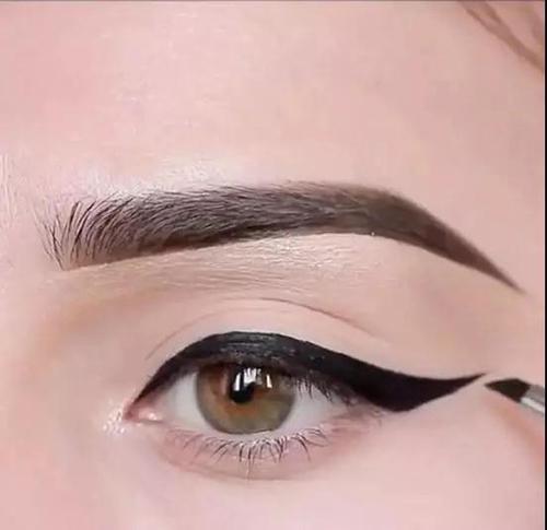Step1:先用黑色眼线膏画出偏粗的上扬眼线。