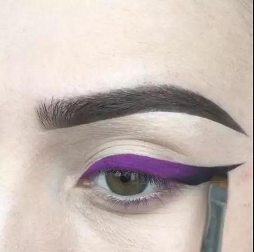 Step3:再用黑色眼线膏填充空隙。