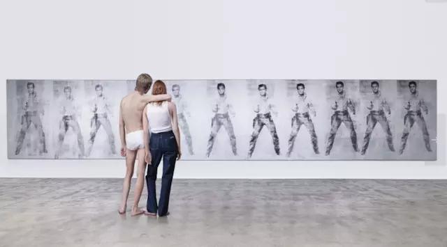 Raf Simons 上任后发布的第一组 Calvin Klein 大片,从性感极简转为更为中性、艺术感更强的极简风格