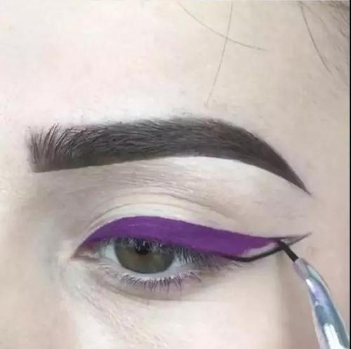 Step2:在眼线的末尾,用黑色眼线液笔补充勾出眼线末尾形状。