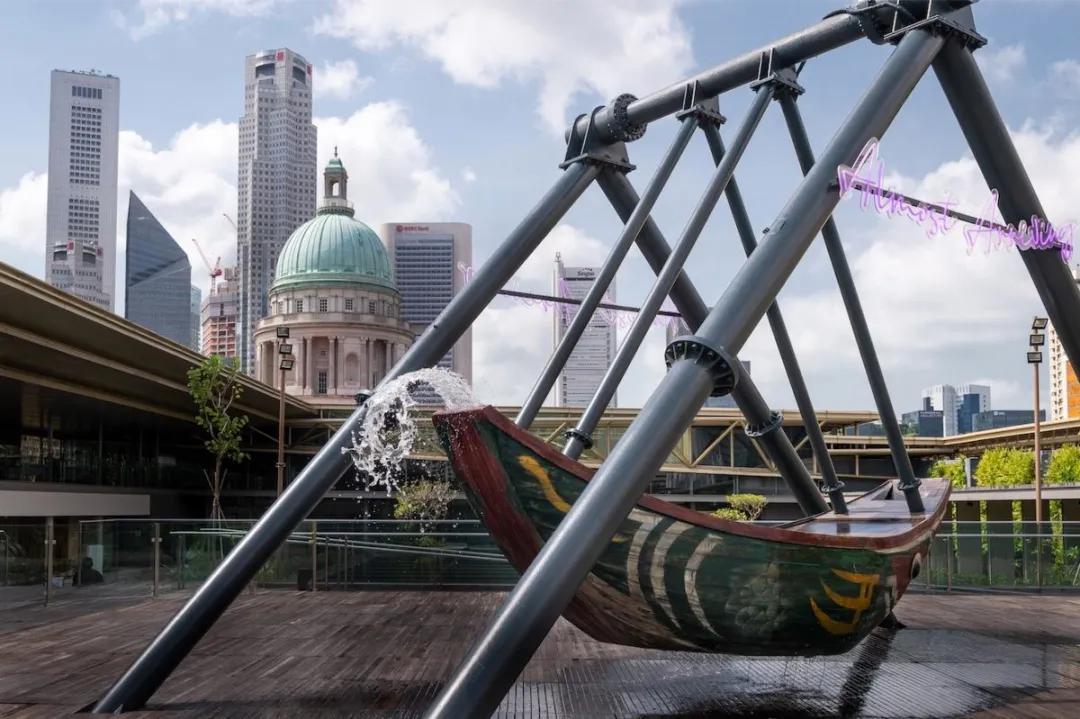 """新加坡国度美术馆(National Gallery Singapore)五楼的""""黄廷芳屋顶花圃展厅"""",曹斐的作品《浮槎》"""