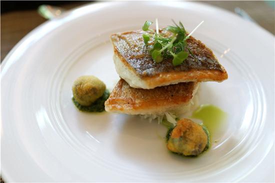 煎鲈鱼配酸椰菜、香草酱、炸蜗牛
