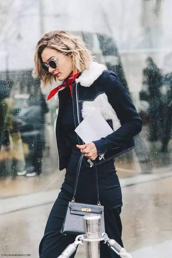冬天最常穿的灰色,有一点亮色点缀,就不会那么无精打采了。▼