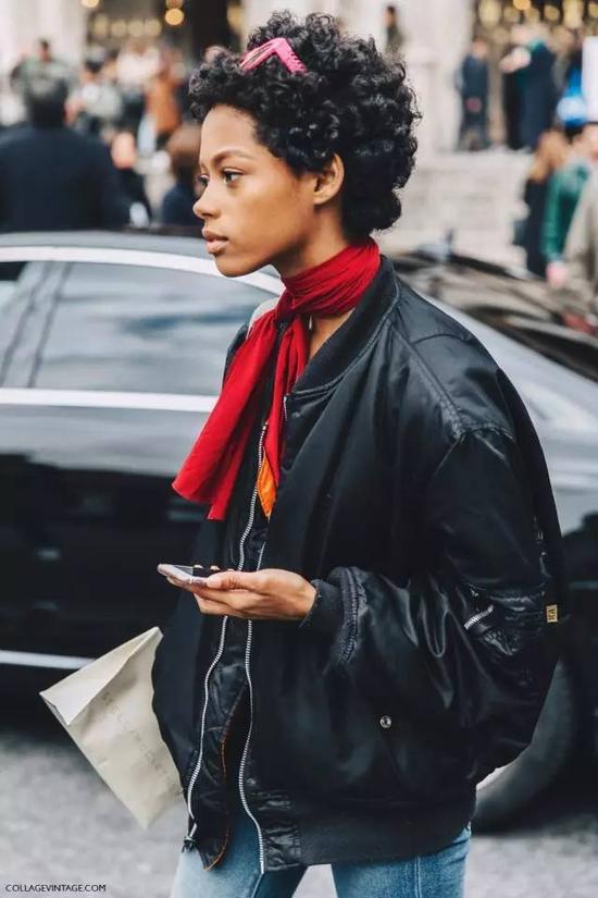 日常休闲中,一条丝巾能让你无时无刻不保持精致,优雅不邋遢。▼