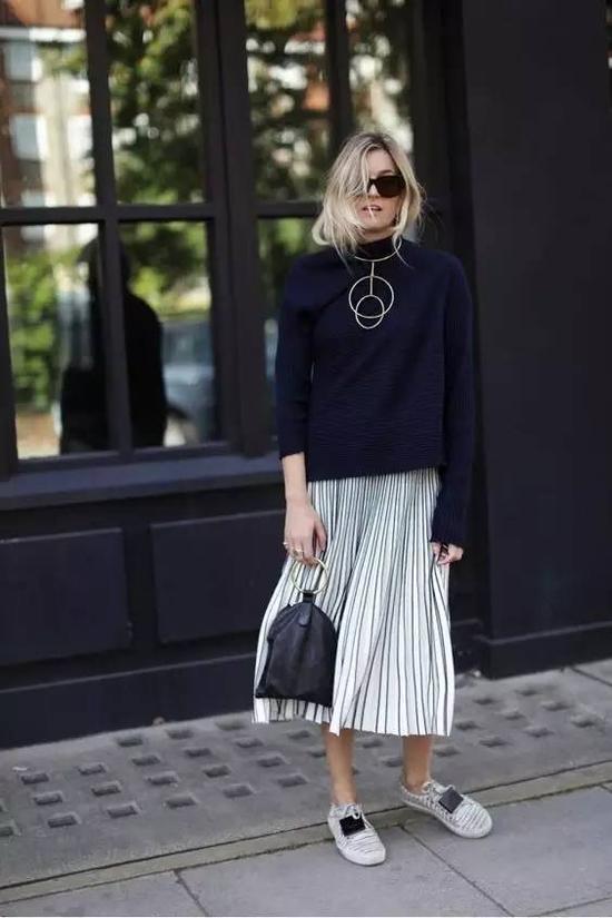百褶裙材质上肯定都不会太厚重,这可以完美平衡掉毛衣的厚重特质,而且百褶裙同样也具有动态感,搭配毛衣真的是太合适不过了。