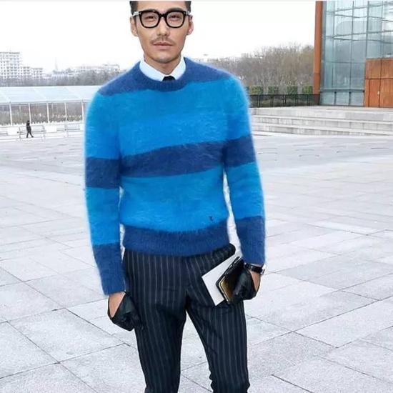 近几季非常流行高领毛衣,它也是实用典范,冬天作为打底衫真是太好不过了,款式要选择修身的,才不会太臃肿。