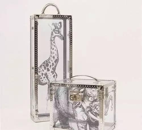 连挂在大包上的小挂饰都绘满了各式各样的动物图案,真的是萌翻天。