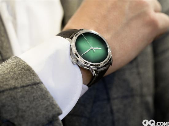 没有Logo 与时标的低调设计,让色彩成为焦点,尽显极简主义式奢华