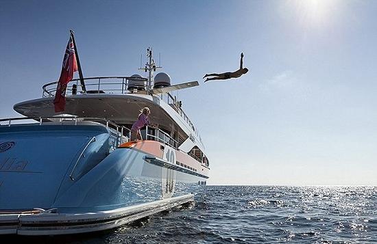 游艇上的服务要超越五星级酒店。上图为游艇乘客在Aurelia游艇上跳水。图片来源:M Morrell