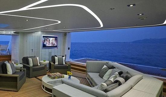 这个213英尺(50米)的三层游艇可以被世界上最富有人中的1%包下来去环游地中海。图片来源:Heesen Yachts