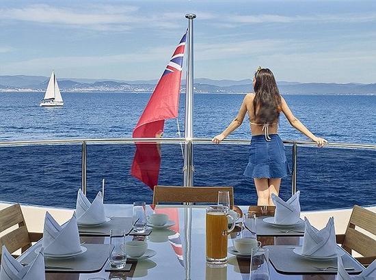 这个行业由少数精英主导,他们中许多人来自英国。上图为游艇Asya上的早餐。图片来源:David Churchill