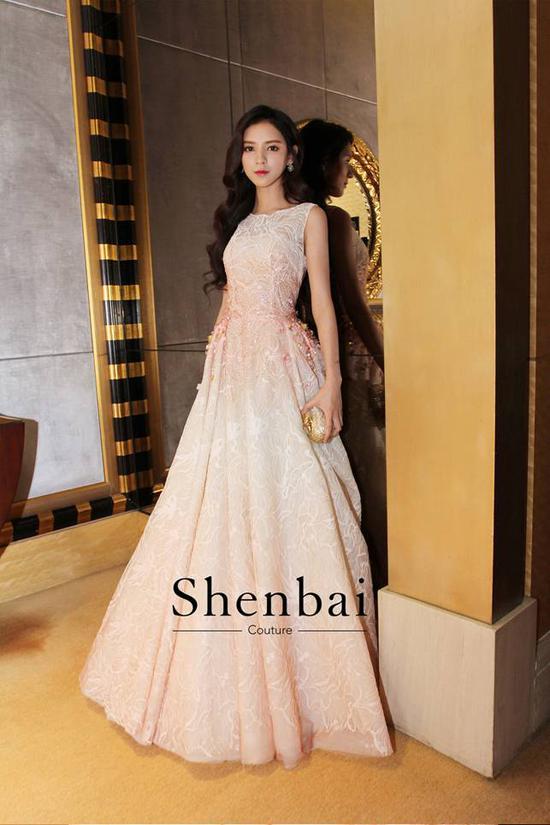 Shenbai力挺新生代小花张予曦 花样礼服打造年轻色彩
