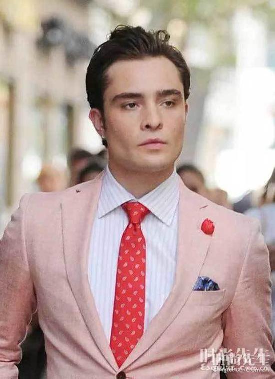 身穿粉色的男星