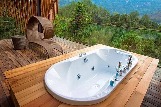 靠山的阳台上有全景浴池,隐秘性极好