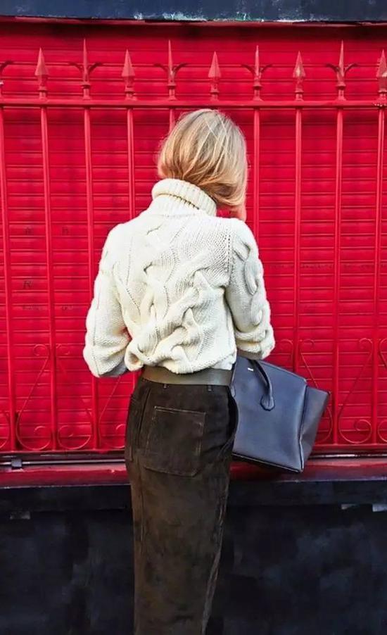如果是扎头发的话,这两年很流行的低马尾很适合搭高领毛衣。看起来很斯文大方。▼