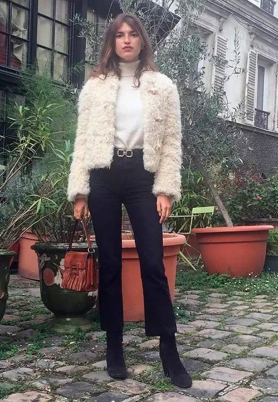 不管是和其他外套叠搭,还是单穿,宽松款的高领毛衣都是大胸姑娘的福音。▼