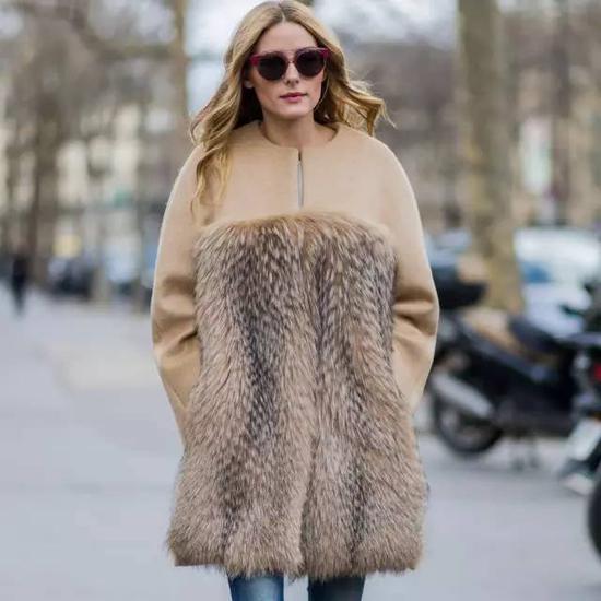 后来我发现,如果配上高领毛衣,瞬间能好看不少,人也挺拔了。▼