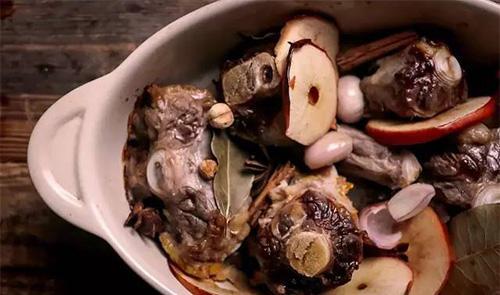 在一口深汤锅中,加入烤好的所有牛骨牛尾与香料,加满水大火煮滚后转小火熬1个小时。