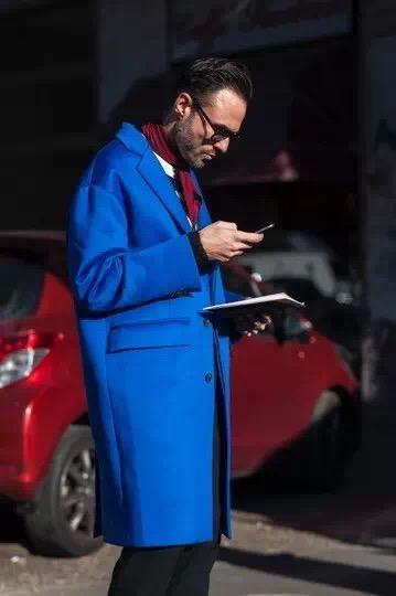 大衣 Les Hommes 针织衫 YSL 长裤 Prada 围巾 Hermes