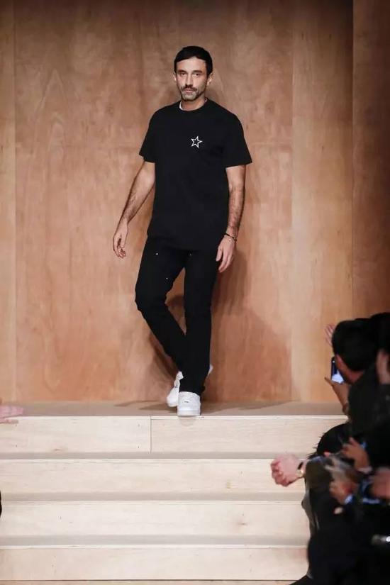 "Riccardo Tisci入主Givenchy整整12年。是他带领Givenchy成了奢侈品界最""潮""的品牌。"