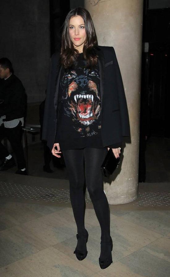 Kanye的小姨子Kendall,其实也穿过这款,不过图案略略有些改变。