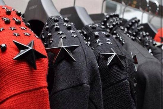 街头巷尾,这是最好认、最多见的Givenchy元素。