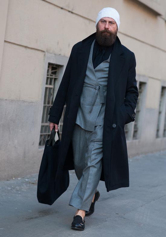 大衣:Ami 裹身式套装和内搭:自创品牌鞋:Mauro Grifoni
