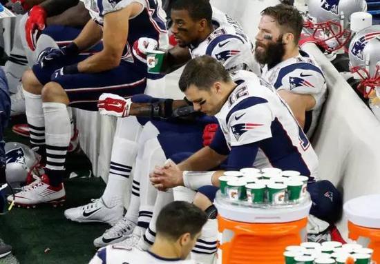 虽然橄榄球头盔把球员捂地严严实实,可是能感受到身穿12号球衣的他只要拿上球,场上就会一片沸腾。