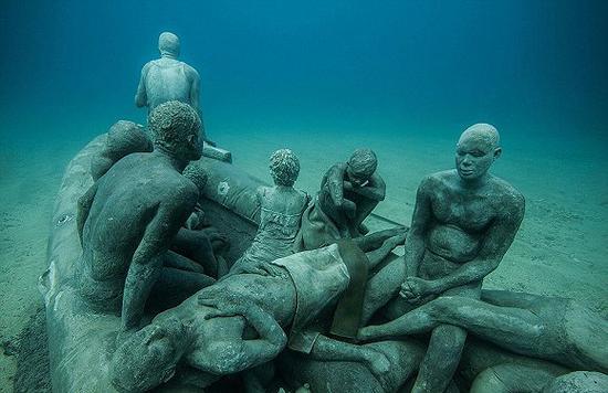 博物馆由一堵30米长、100吨重的水下墙,一座海洋植物雕塑花园和一片包含200多个真人大小人像的螺旋展区组成。