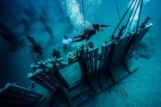 勤劳的水肺潜水员负责水下博物馆的安装。