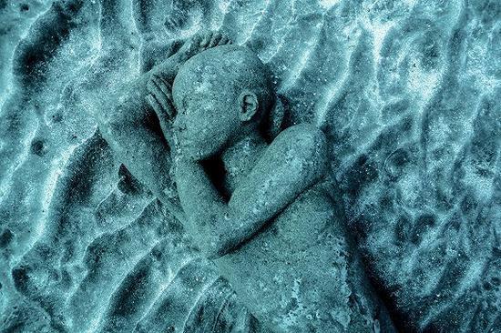 """博物馆耗时两年建成,占据2500立方米的""""无生物沙地海床"""",通过创造一片""""大型人造礁石让人类艺术与大自然对话""""。"""