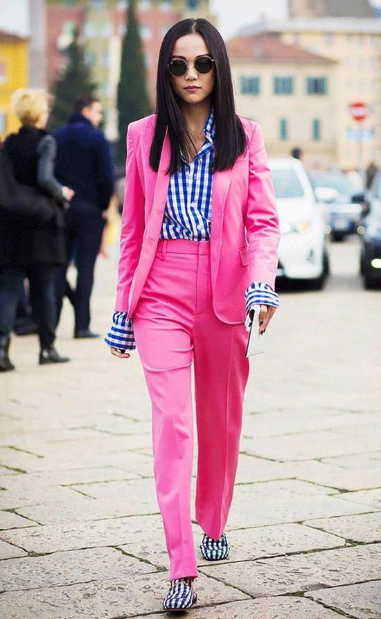 新加坡知名博主 Yoyo Cao 用粉色套装搭配蓝色格纹衬衫和乐福鞋,中性风也能粉起来。