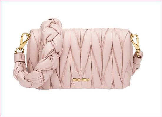 Miu Miu 粉色褶皱包 12400 元