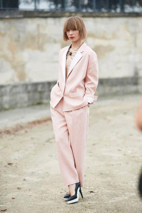 淡粉色的西装套装用高跟鞋和脖子上的夸张珠宝做点缀,性感和帅气在这一刻你都可以拥有。