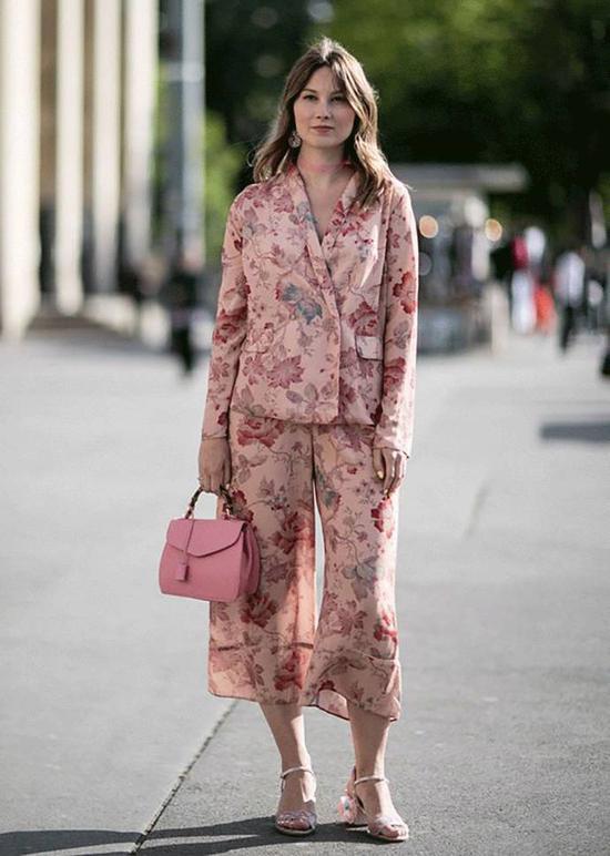 其实可以尝试下粉色套装,时髦款的西装套装穿出来绝对可以惊艳到你。