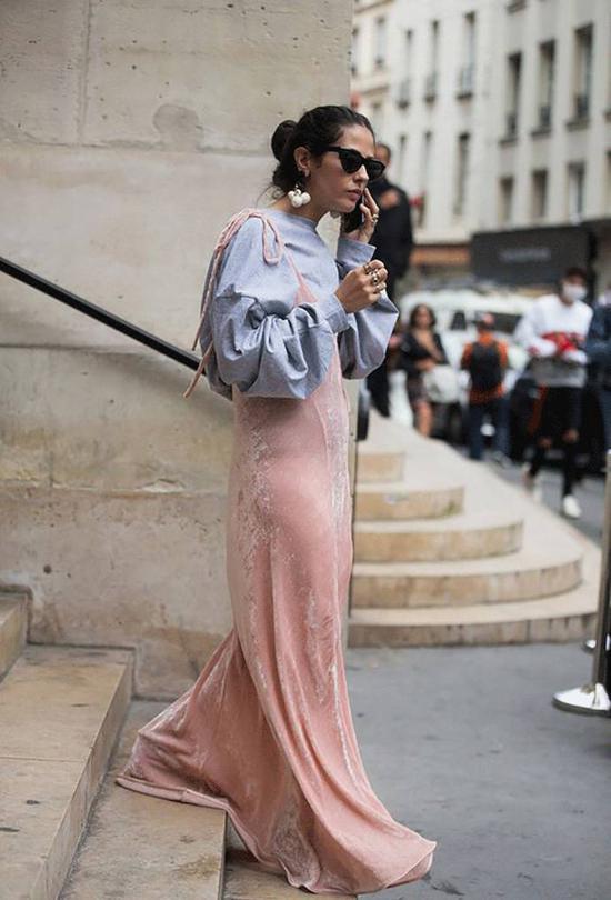 而内衣外穿也是春夏的流行趋势。不妨选择一件粉色吊带睡衣裙,丝绒丝质无妨,内搭撞色卫衣、毛衣、衬衫会有奇效哦。