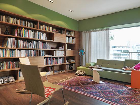 房间内其他颜色均为棕色系和白色,只以靠枕和绿植来做色彩呼应。