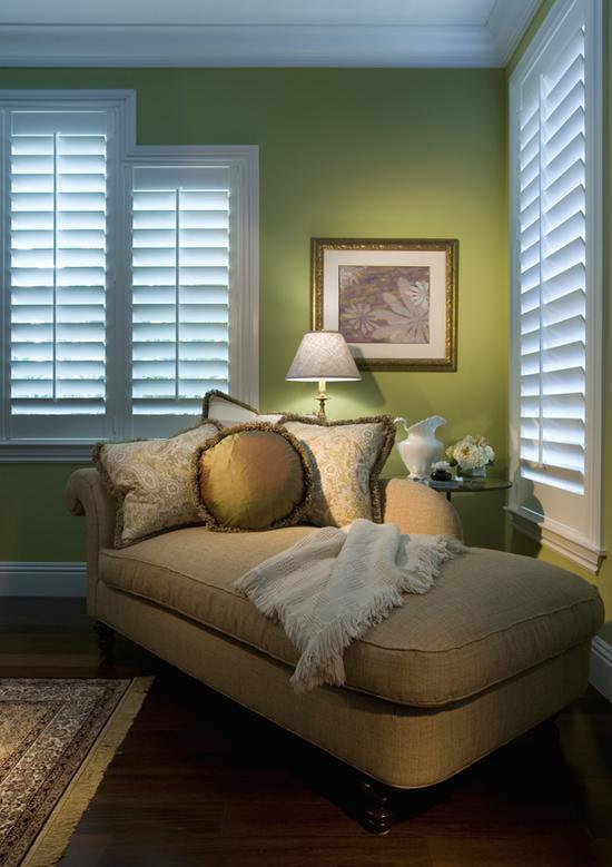如果想在卧室的墙上做文章,通常只选择将床头的背景墙漆成草木绿,甚至略降一点儿色彩饱和度,然后通过靠枕来做色彩呼应。