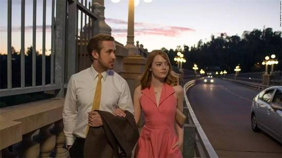 Mia和Sebastian在桥上漫步