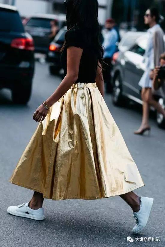 同时呢,运动鞋搭裙装,饼还真真只会用来搭配mini裙和包臀铅笔裙,毕竟是丰满型圆身材嘛~