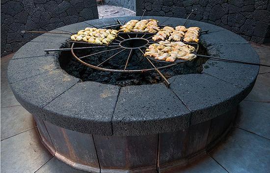参观厨师用死火山的残存热量来烹饪烧烤 图片来源:shutterstock