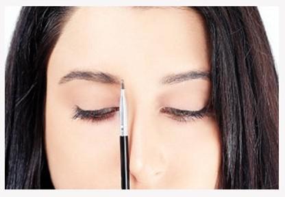 Step1:首先要确定的是眉毛内侧的起点,有眉笔沿着鼻翼,垂直向上到眉毛的位置就是画眉内侧最佳起点。