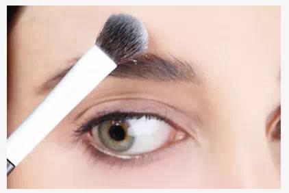 Step8:最后还要用少量的散粉涂在眉毛外围,为的是让眉形更加自然、明亮。